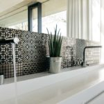 Bagno con mosaico texture bianco e nero