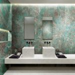 Bagno con parete marmorizzata