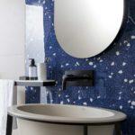 Lavandino bagno pareti blu